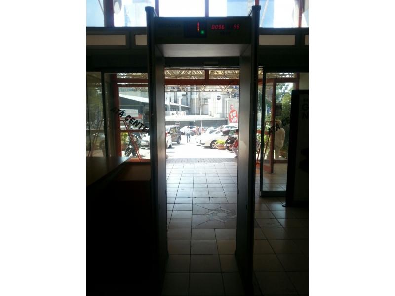 Kapı tipi metal üst arama dedektörü   Kapı dedektörü.